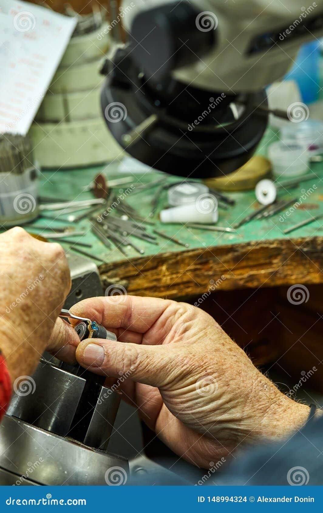 Smyckenproduktion Processen av fixandestenar