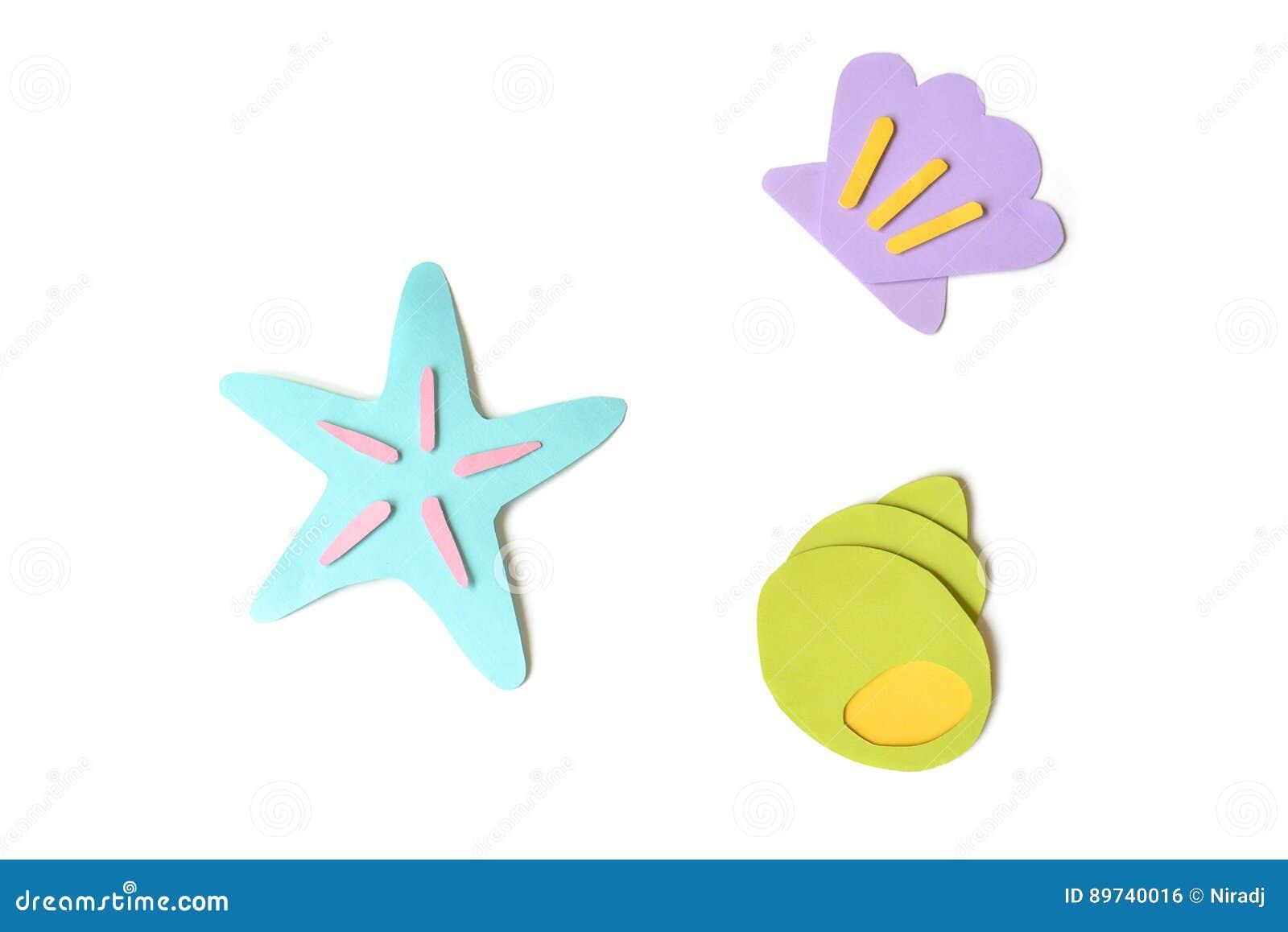Snäckskal och sjöstjärnapapper klippte på vit bakgrund