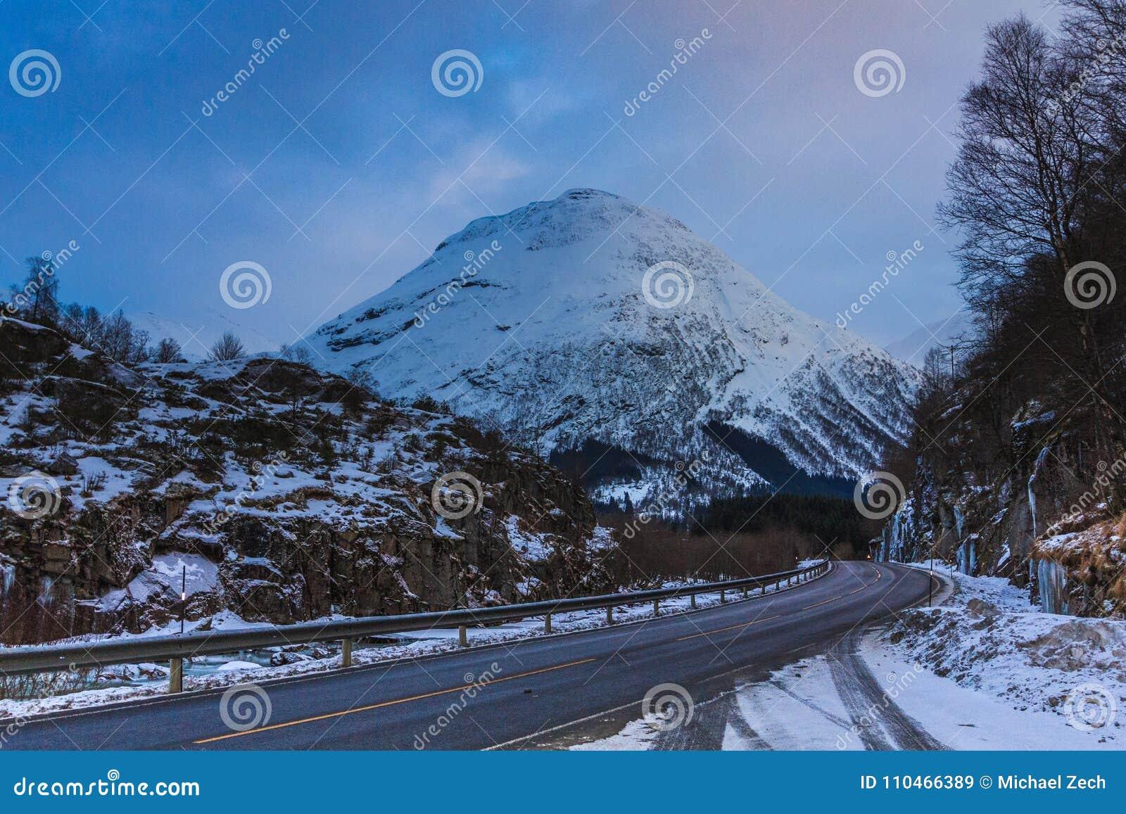 Snö för vintervägho caped berg i östliga Norge