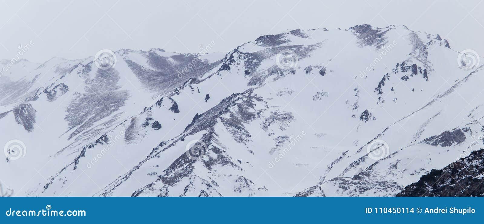 Snö-korkade berg av Tian Shan i vinter