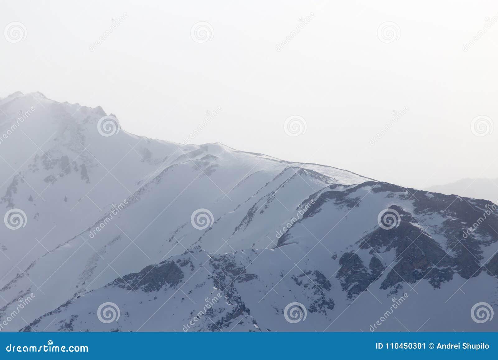 Snö-korkade berg av Tien Shan i vintern kazakhstan