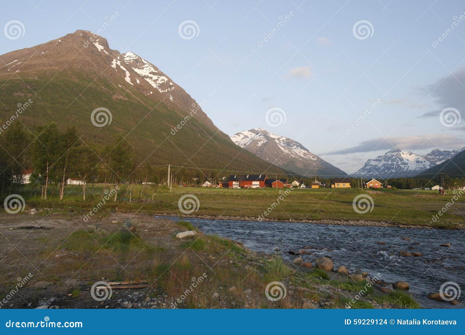 Snö-korkade berg i Norge