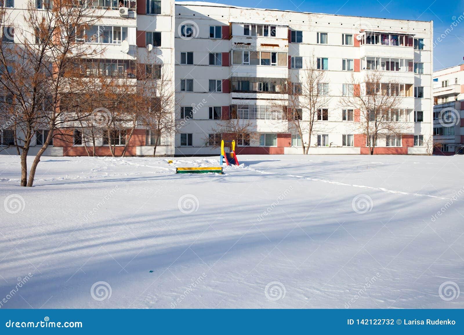 Snö-täckt barn och sportjordning i Ryssland Fattig lokalvård av snö Overksamhet av offentlig service