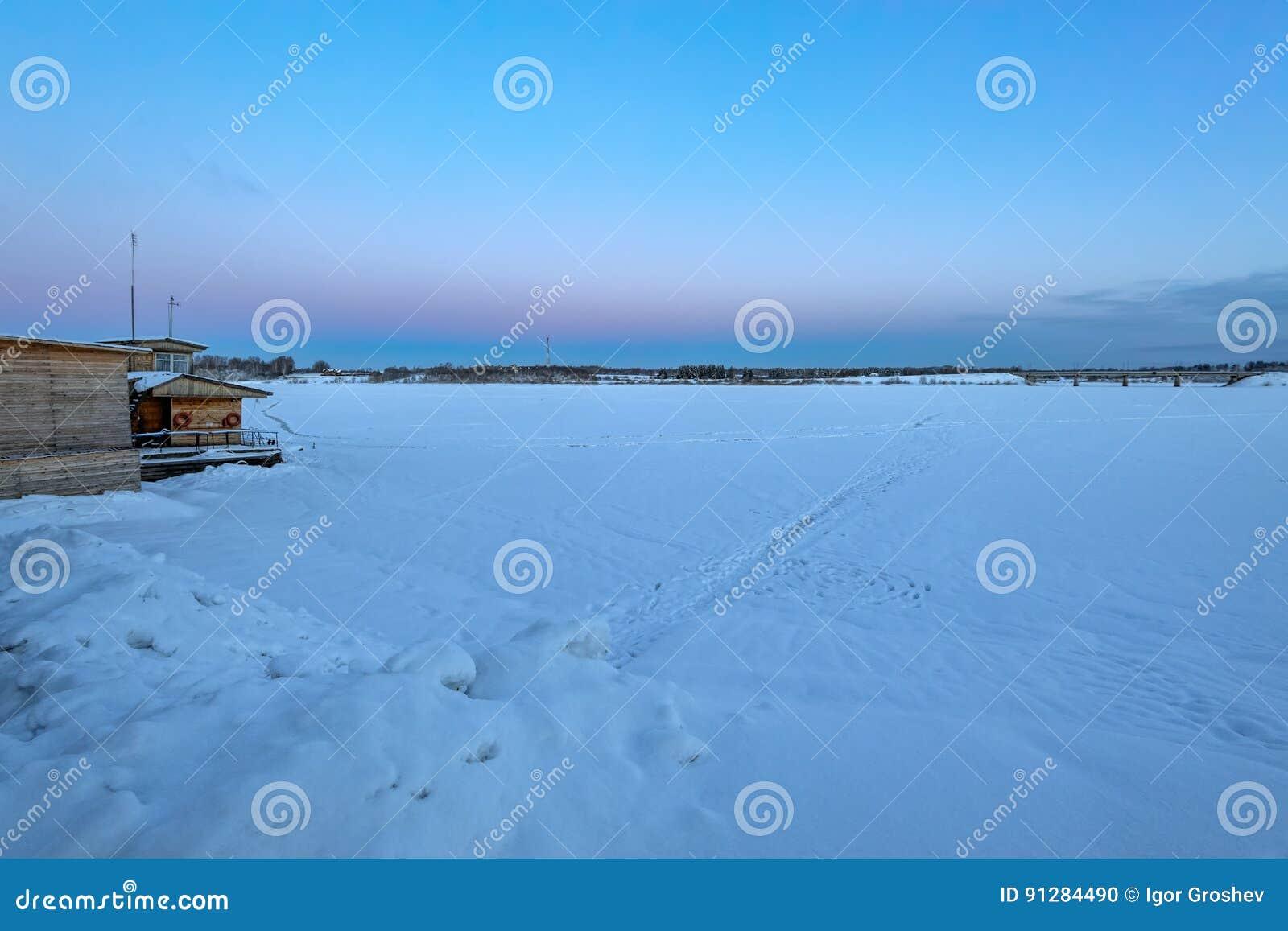 Snö täckt fryst flod