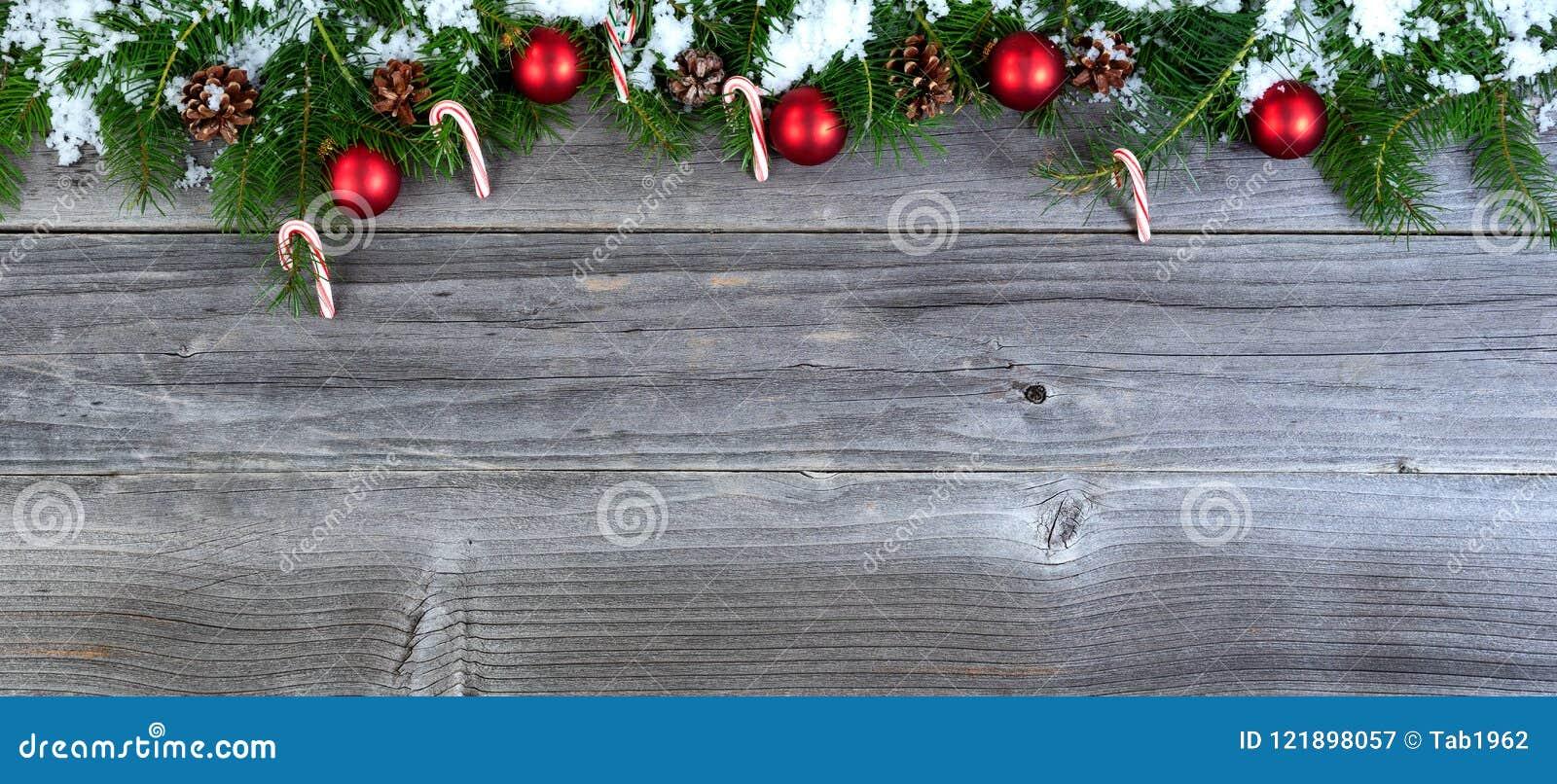 Snöa dolda filialer för julgranträdet med säsongsbetonad decoratio