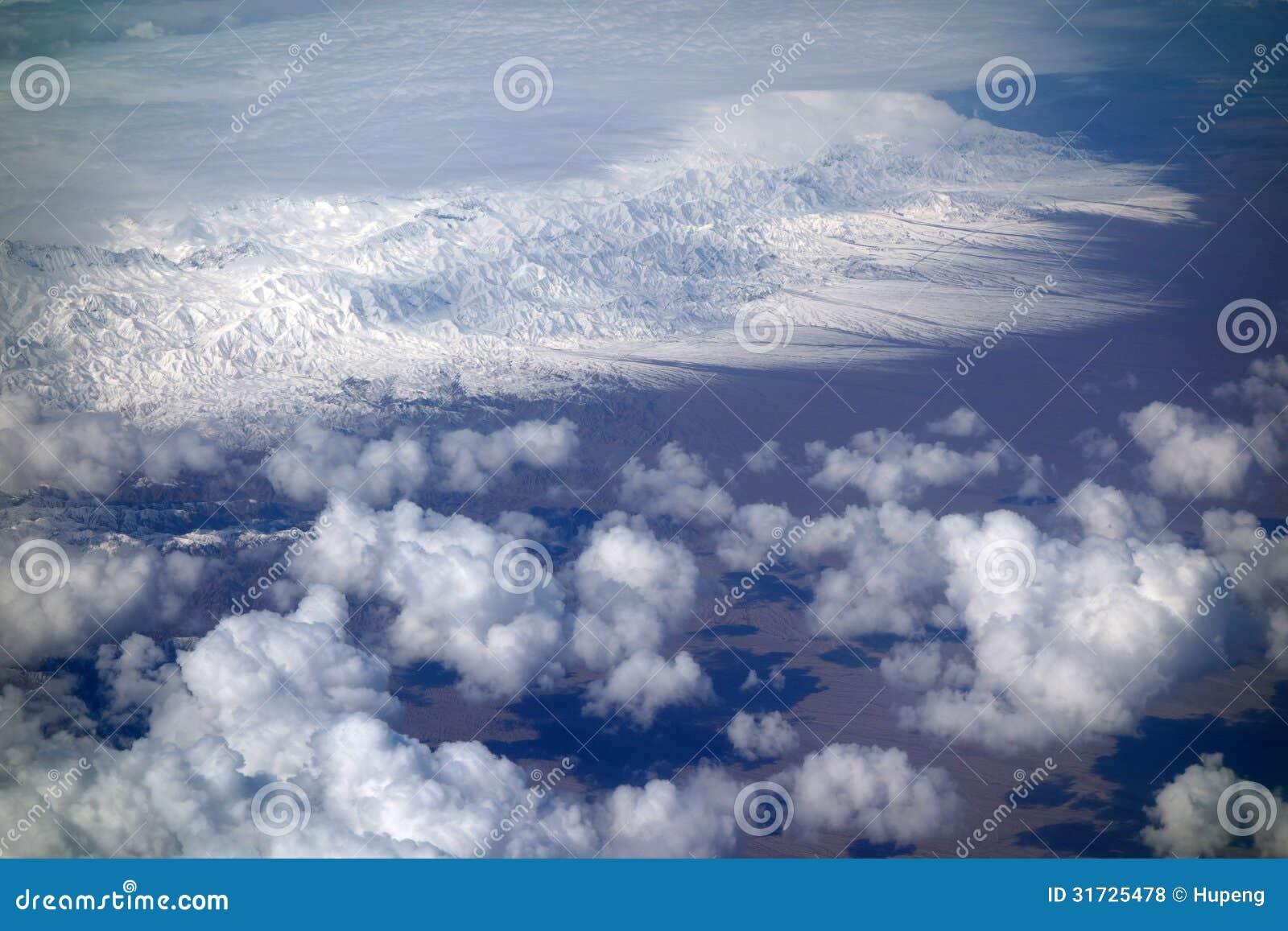 Snöberg med moln