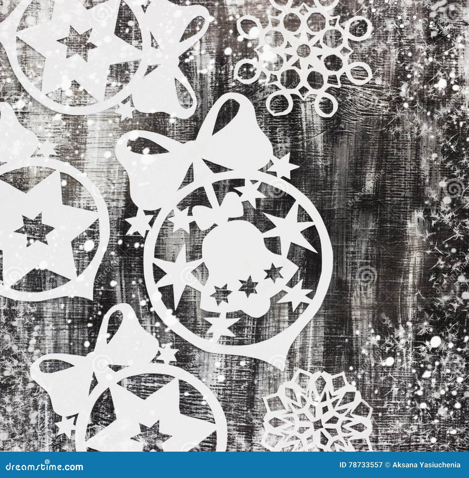 Snöflingasnitt ut ur papper på mörk bakgrund med utrymme för textjultema