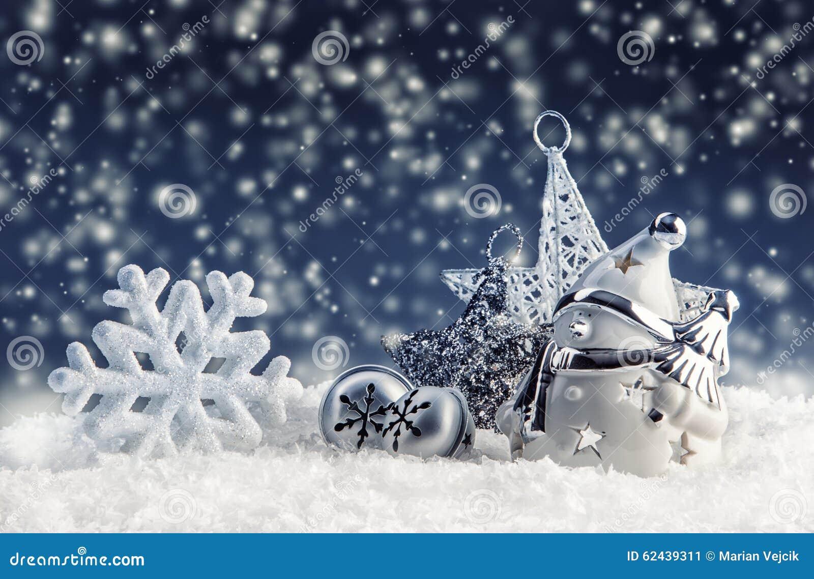 Snögubbe med julgarnering och prydnader - snöflingor för stjärna för klirrklockor i snöig atmosfär
