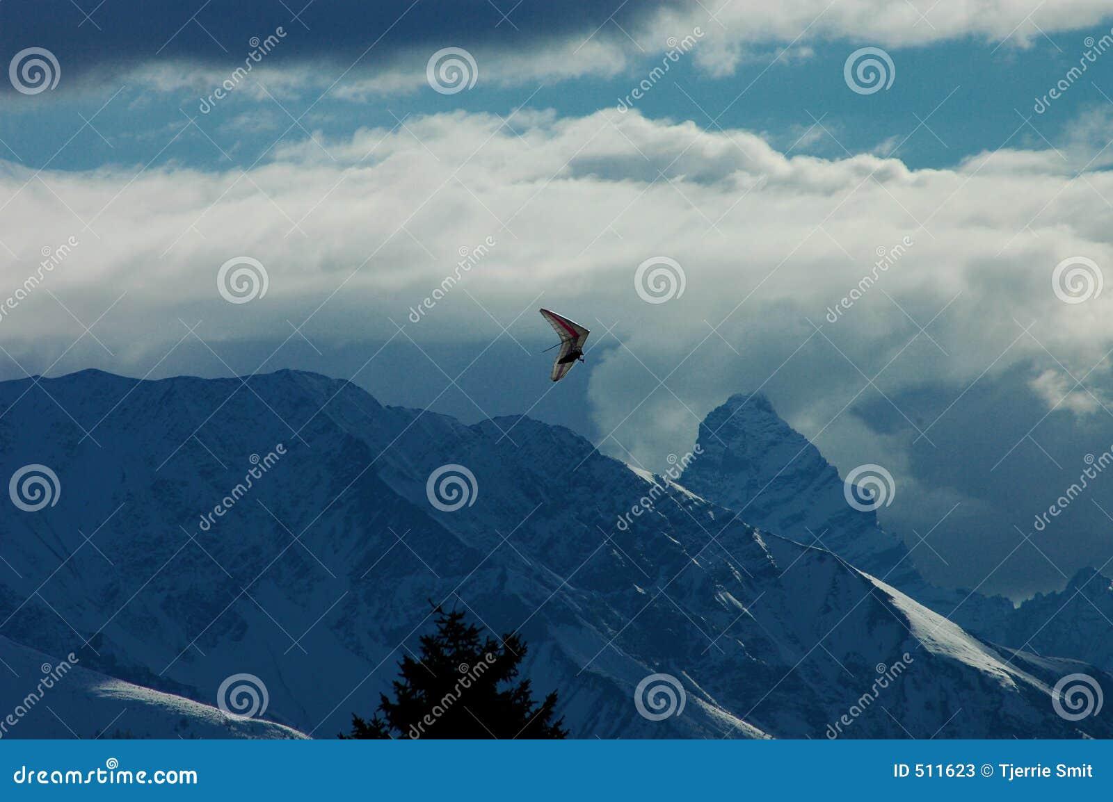 Snöig bergparaglider