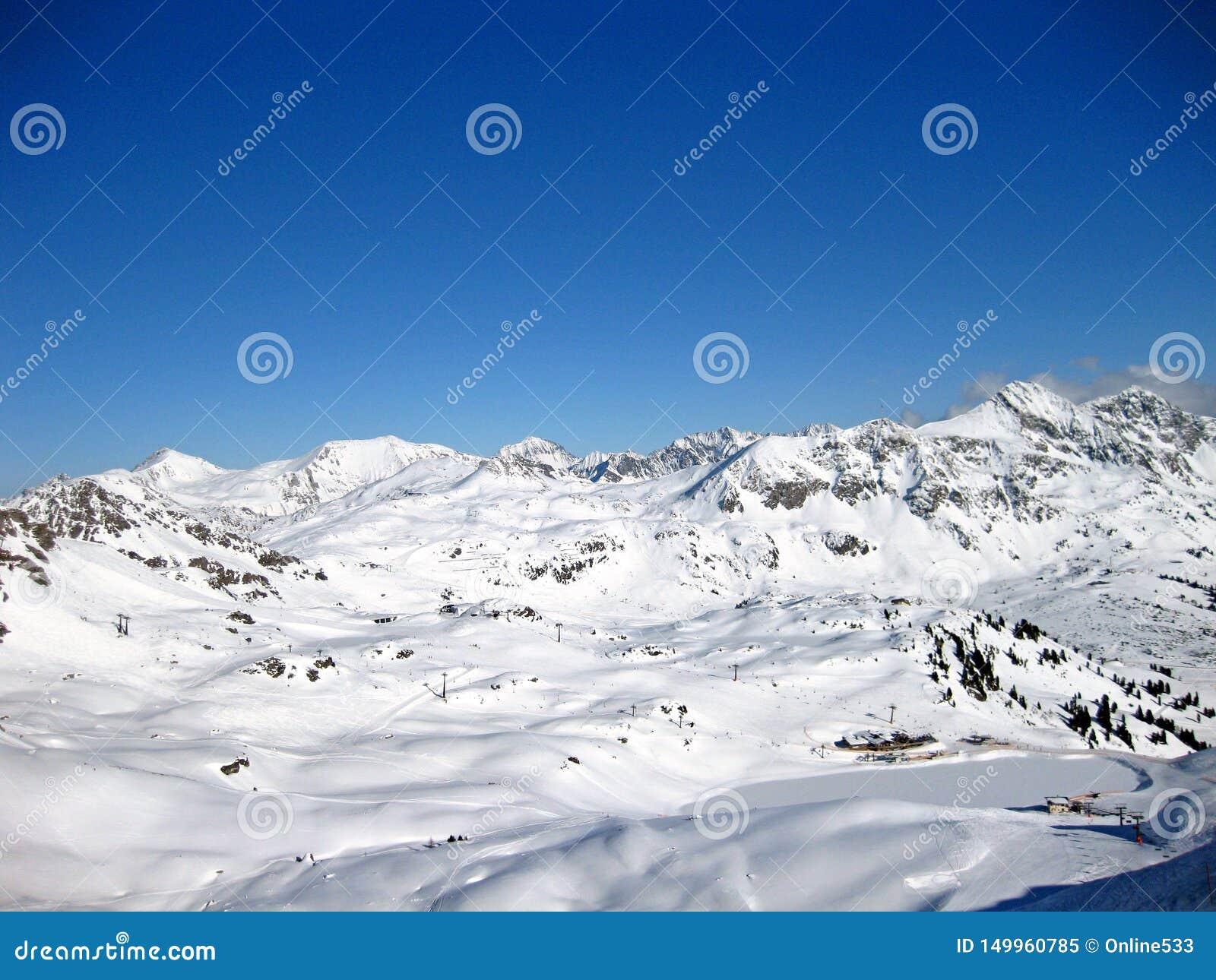 Snöig fjällängar i de schweiziska bergen på en härlig solig vinterdag