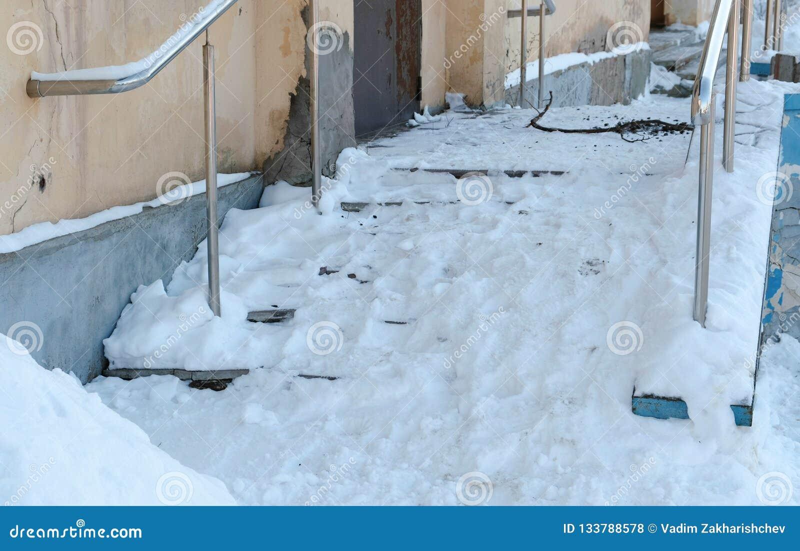 Snöig hal trappa av farstubron i vinterdag