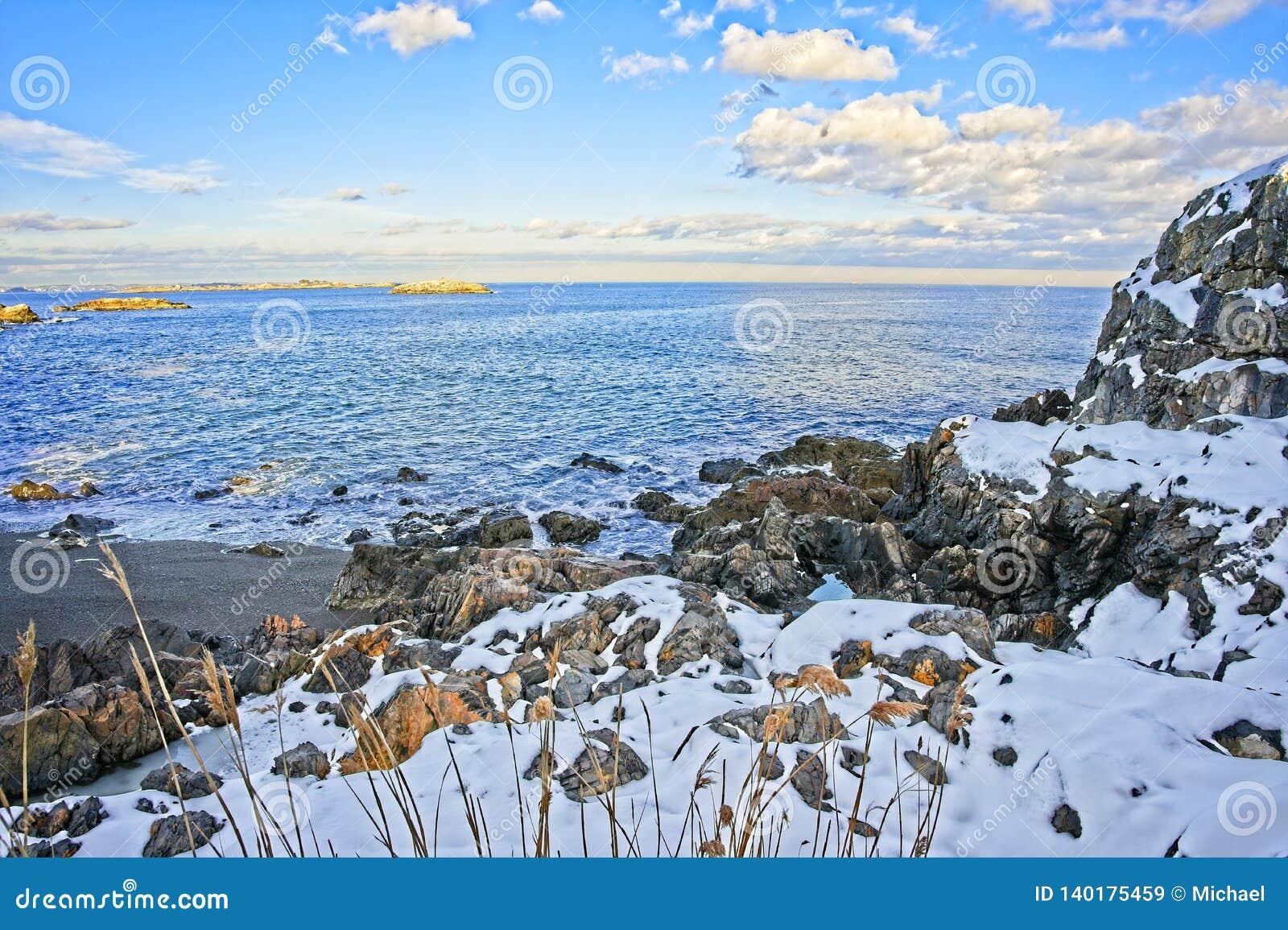Snöig och stenigt förbise av havet och kusten under vinter