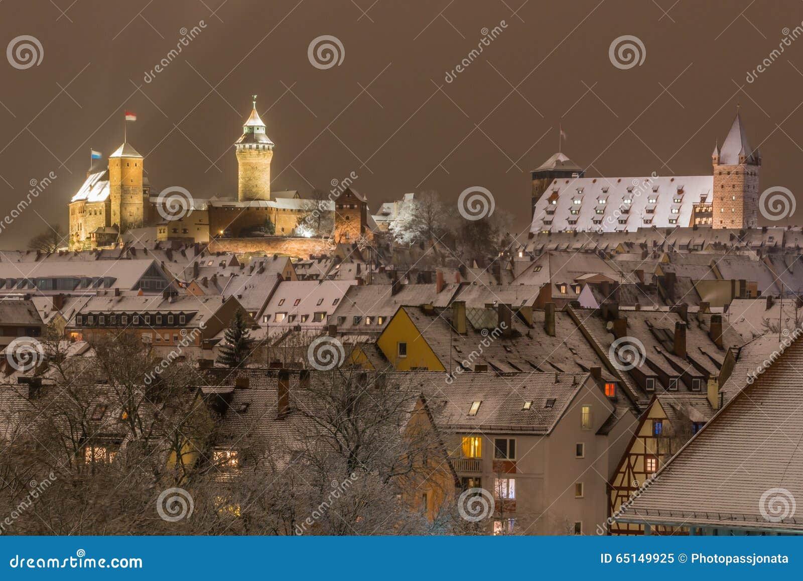 Snöig stad vid natt-Nuremberg-Tyskland