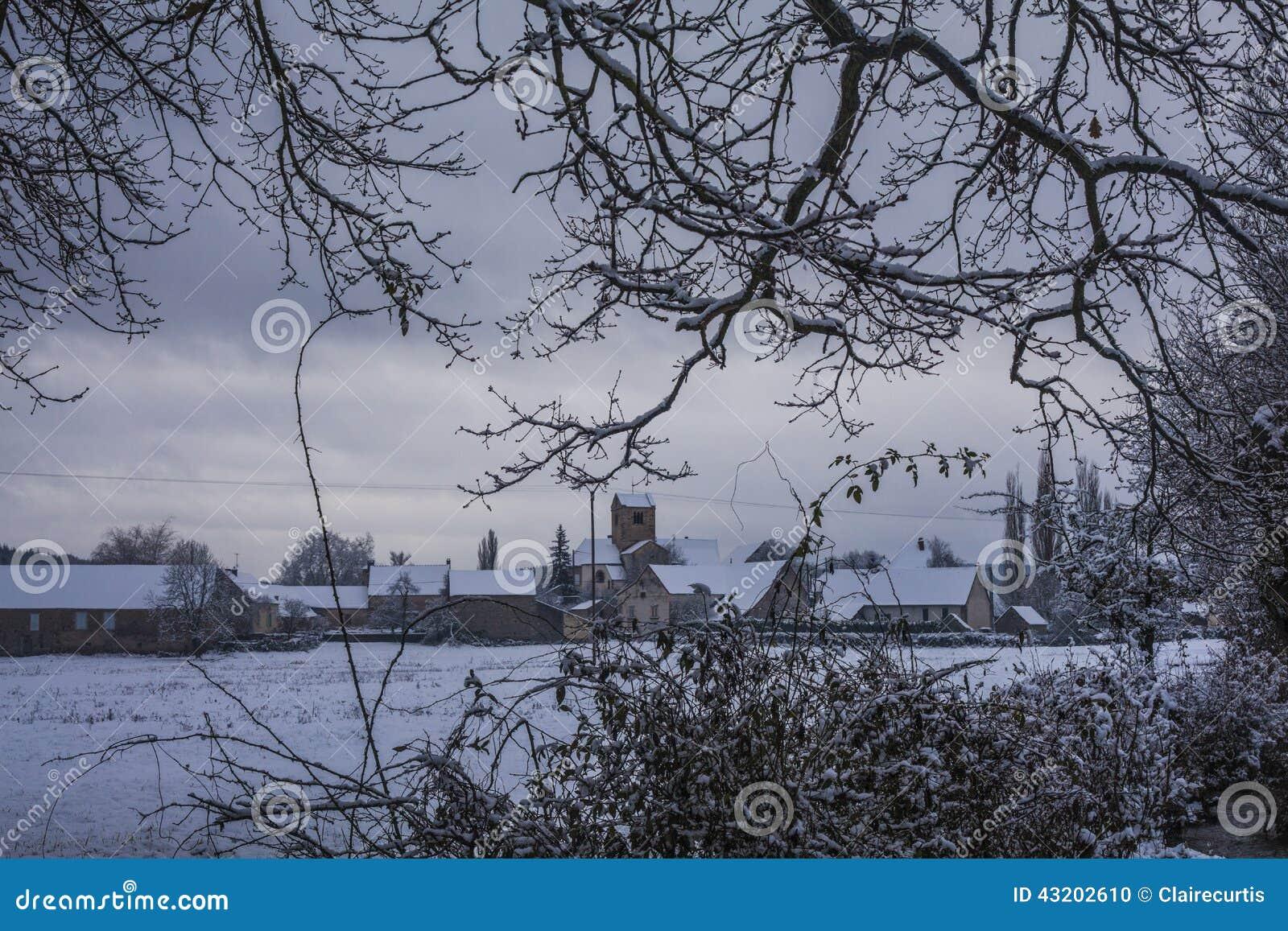 Download Snöig By Till Och Med Träd 2 Arkivfoto - Bild av utgångspunkt, utgångspunkter: 43202610