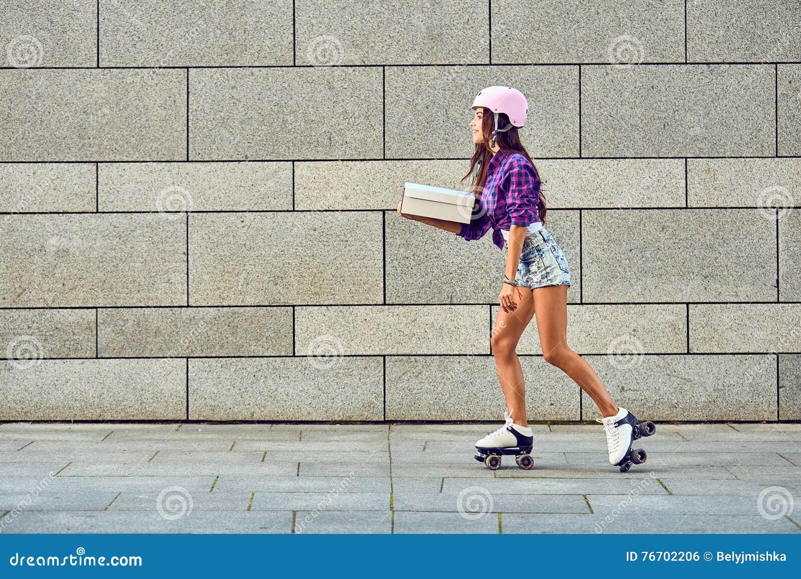 Snabb leverans av den sportive flickan på rullskridskor