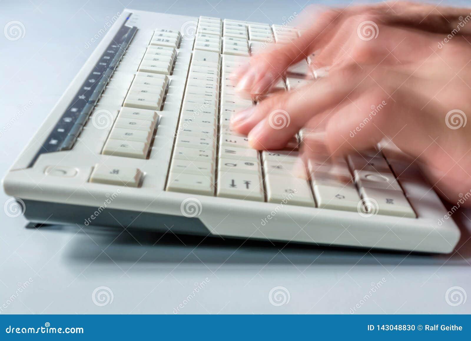 Snabb maskinskrivning på tangentbordet av en dator