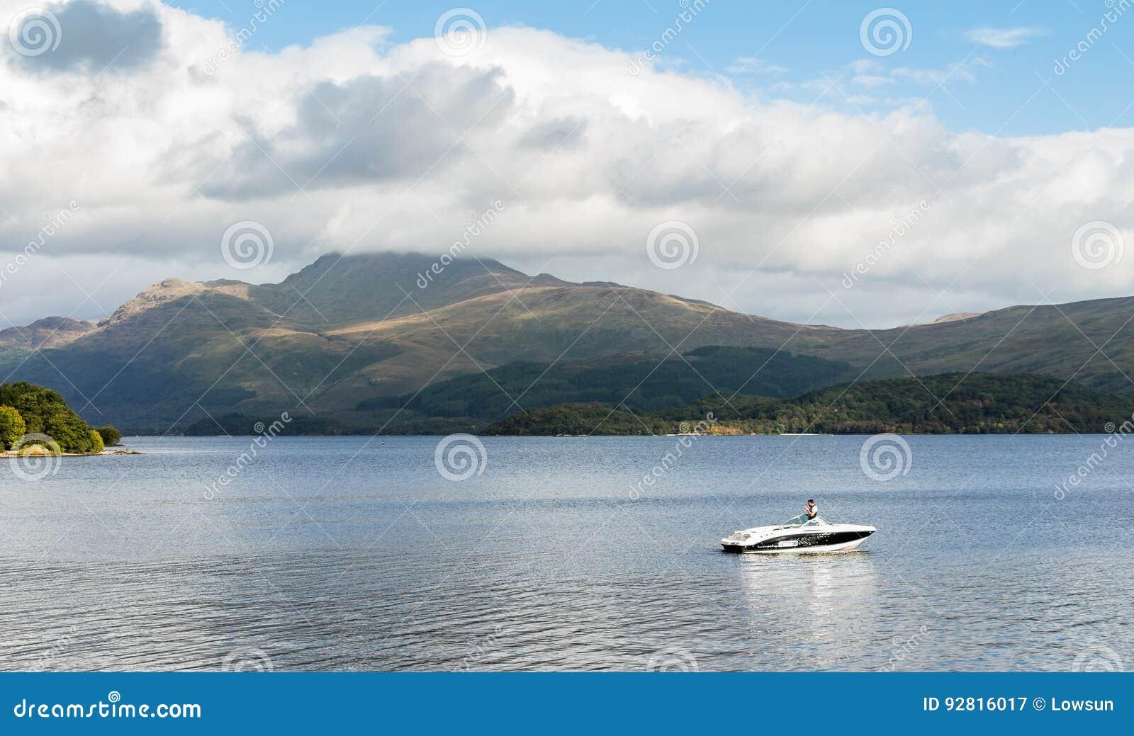 Snabb motorbåt på Loch Lomond