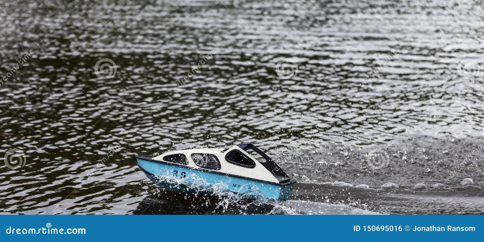 Snabb motorbåt som springer på en sjö orsaka vågor