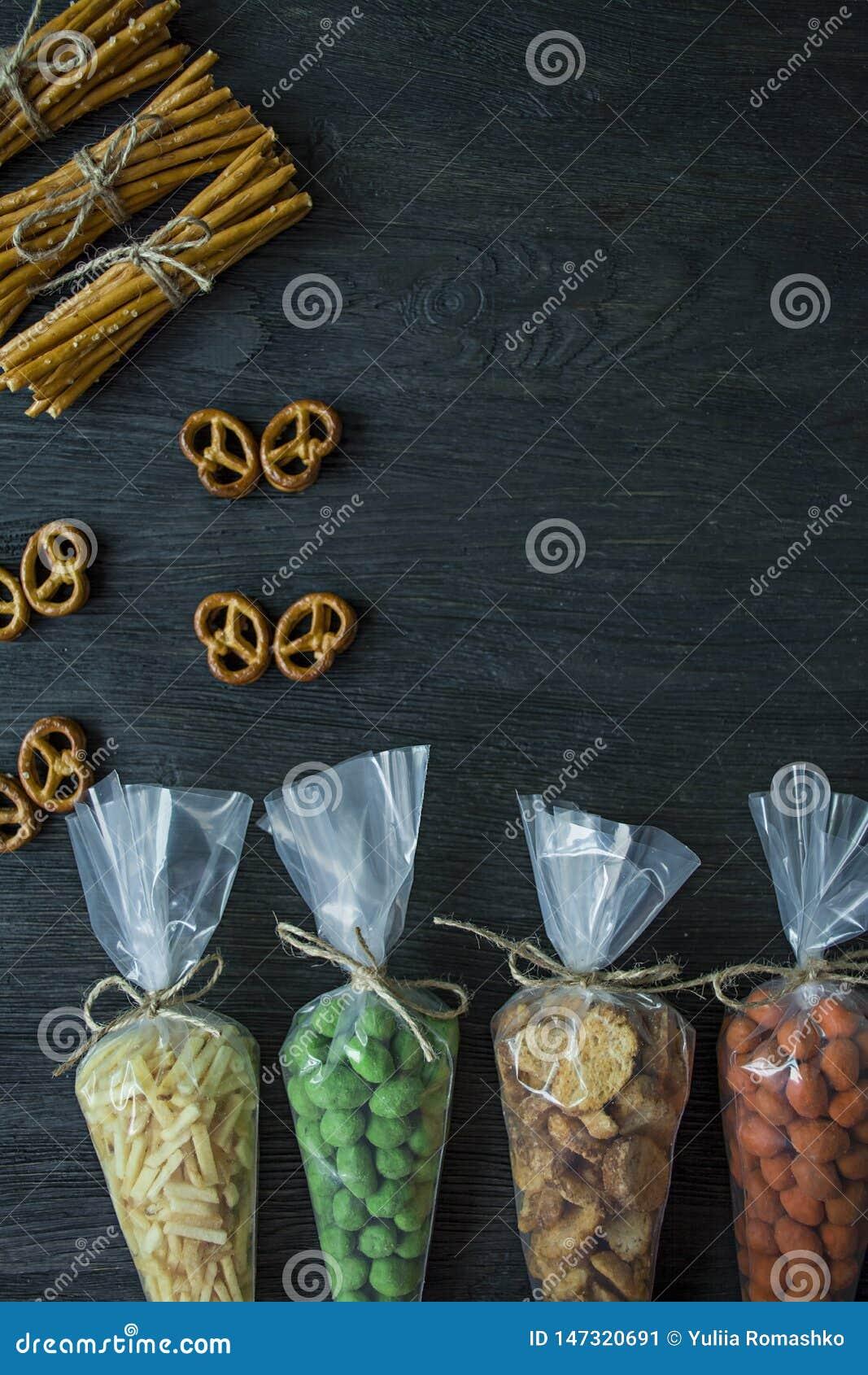 Snacks voor bier Reeks voor bier Noten, crackers, gebraden aardappels in stroken Mening van hierboven Ruimte voor tekst Donkere h