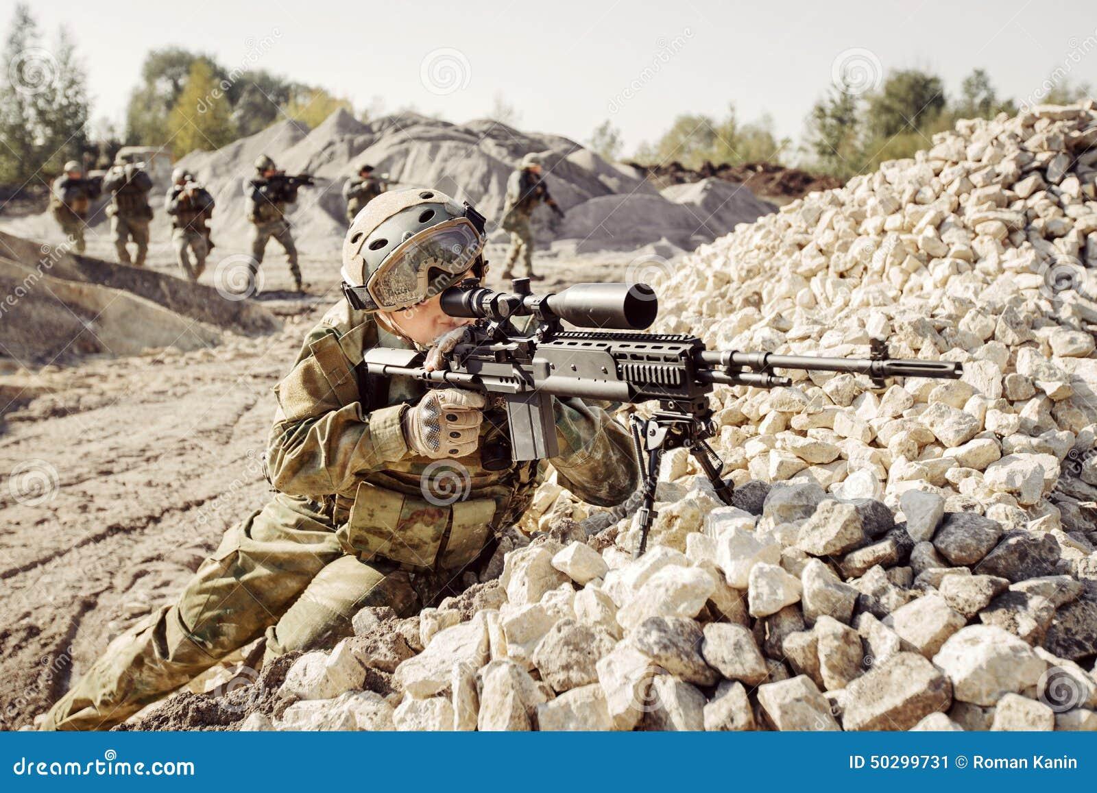 Snajper zakrywa obrażającego oddziału żołnierze
