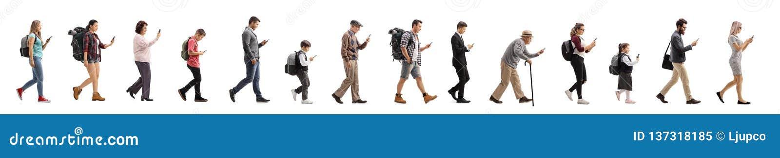 Snak rij van mensen die en een mobiele telefoon lopen met behulp van