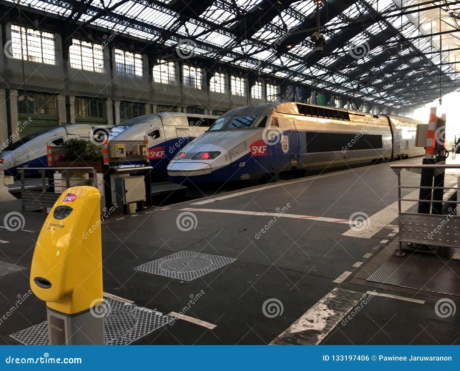 SNCF TGV trenuje przy platformą na Północnym dworcu Wysokiej prędkości TGV taborowy czekać na pasażer iść Szwajcaria