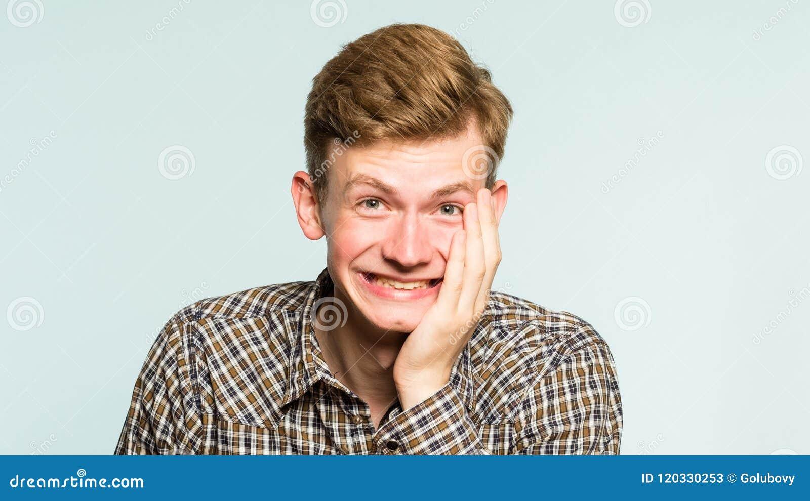 Sneda bollen för man för lyckanjutningskratt grinar sinnesrörelse