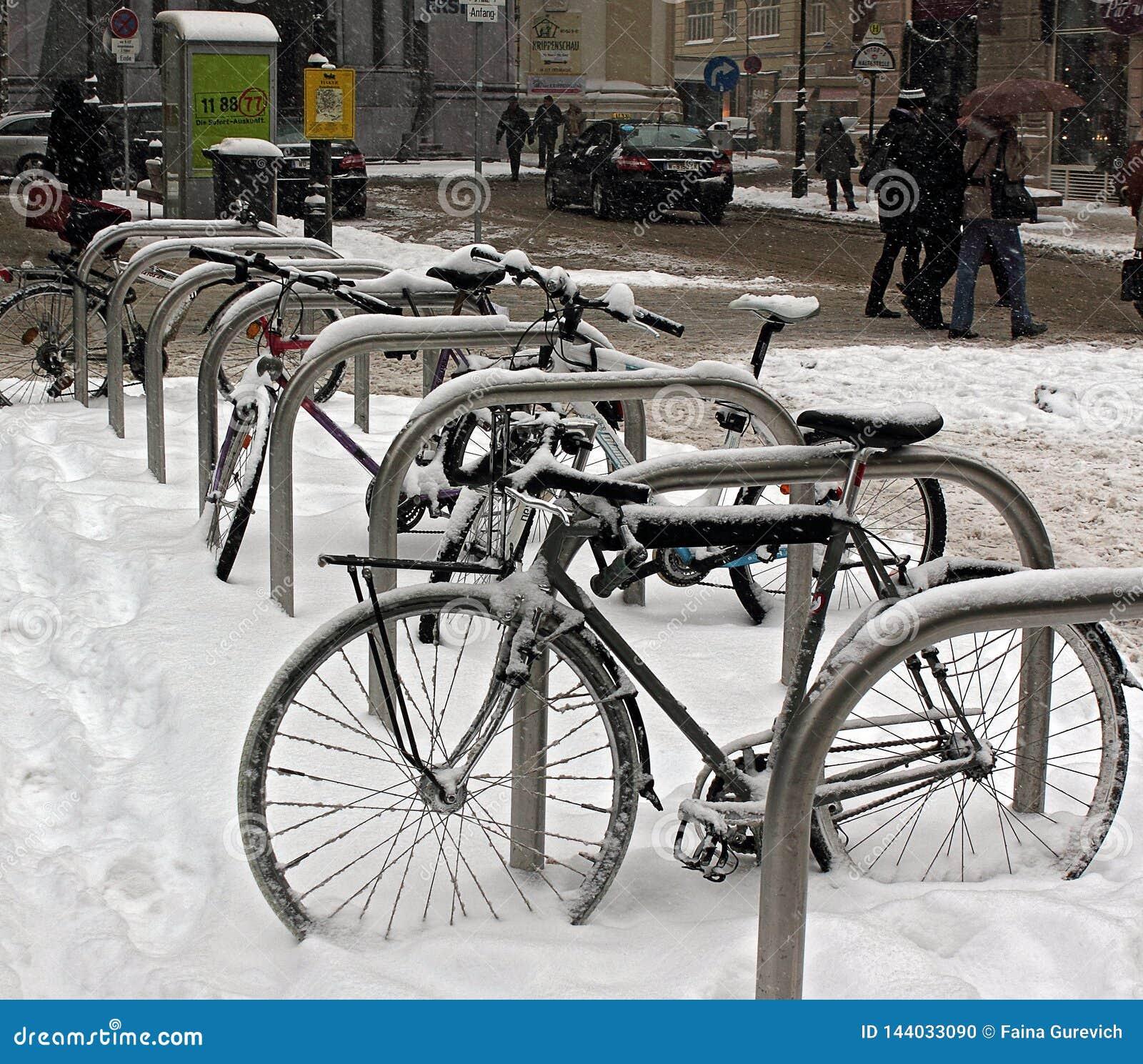 Sneeuw behandelde fietsen na sneeuwval in Wenen, Oostenrijk
