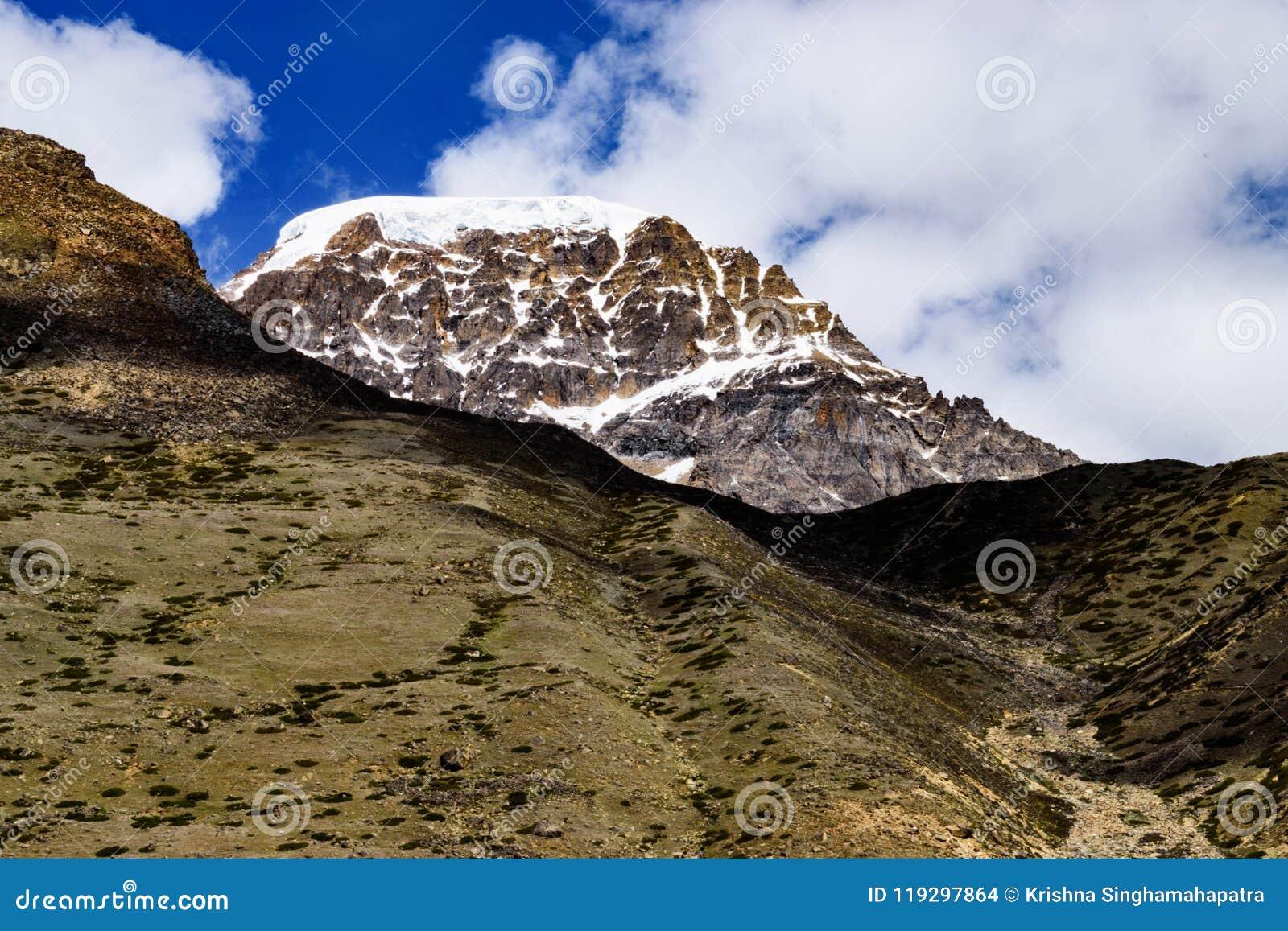 Sneeuw Behandelde Himalayan-Bergpiek met CloudscapeOn de Manier aan Gurudongmar