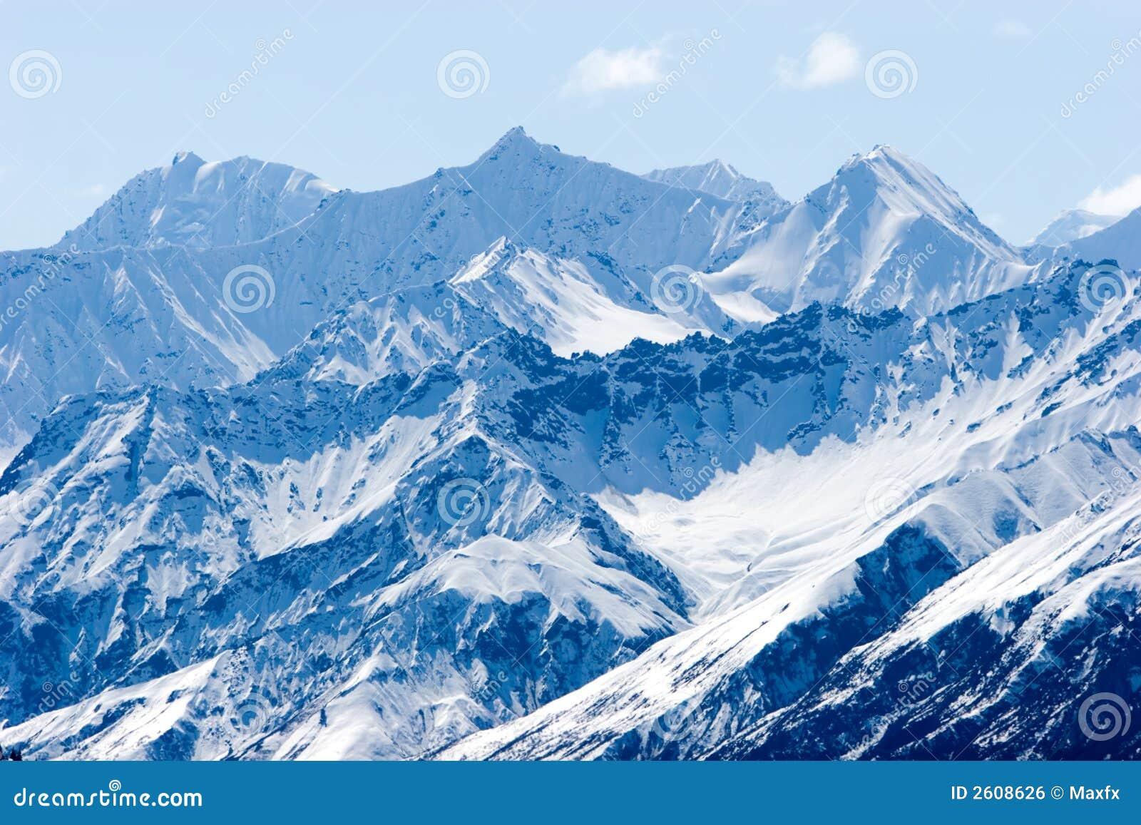 Sneeuw de bergpieken van Alaska