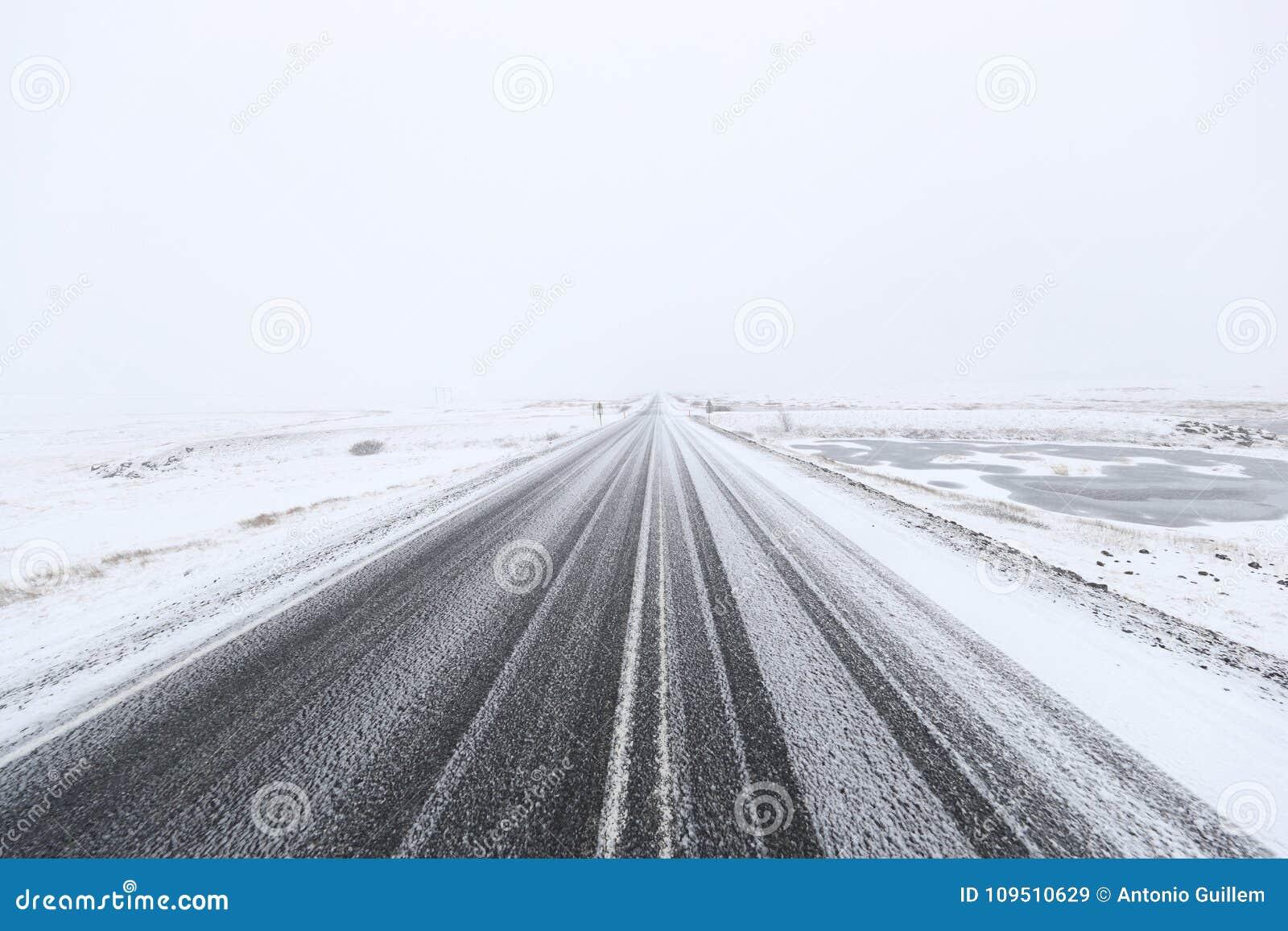 Sneeuw gevaarlijke weg