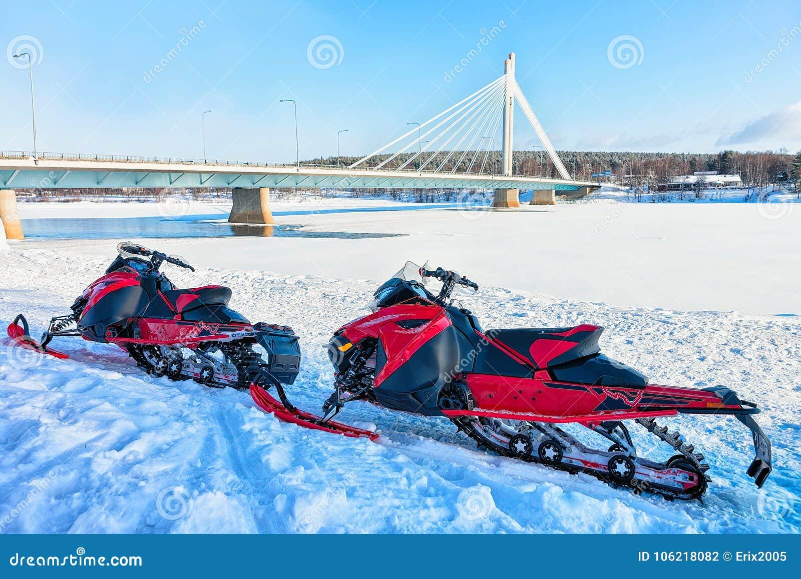 Sneeuw mobiles bij Kaarsbrug in de bevroren meerwinter Rovaniemi