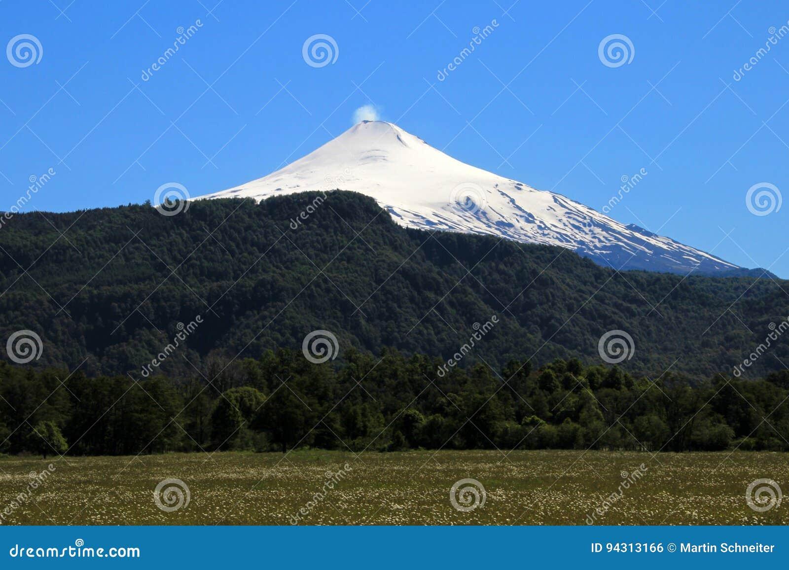 Sneeuw omvatte Volcano Villarica, Chili