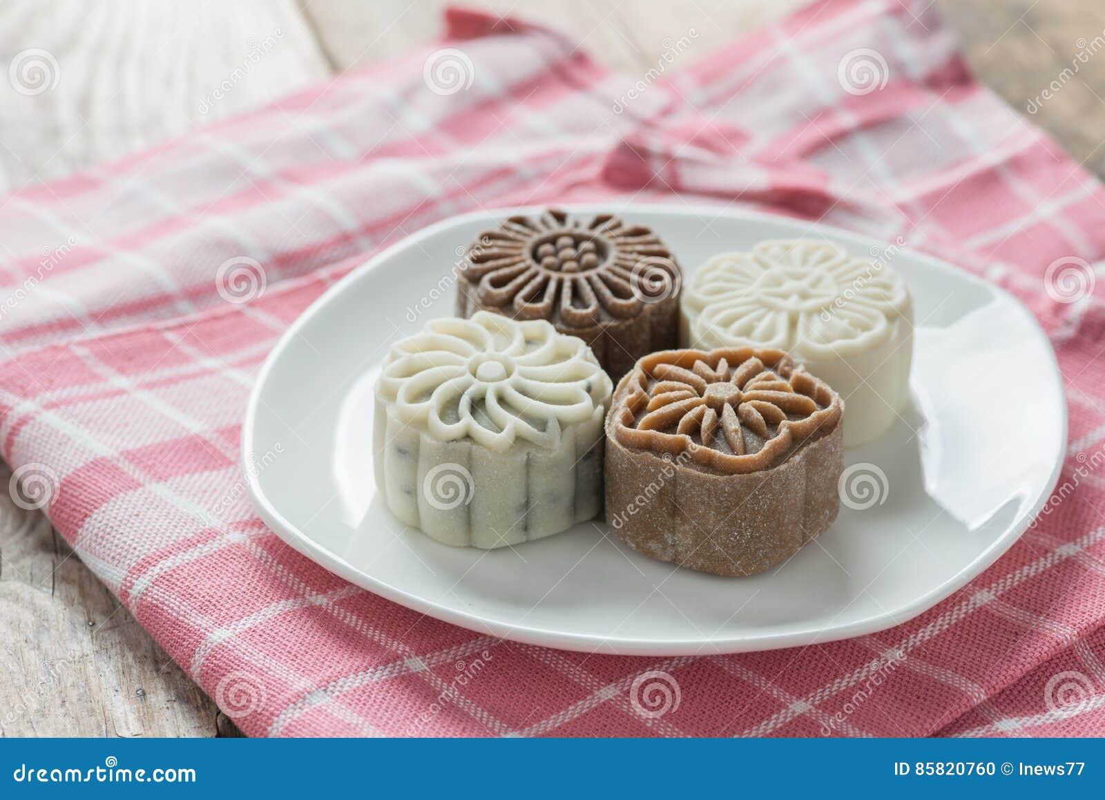 Sneeuwhuid mooncake op witte plaat