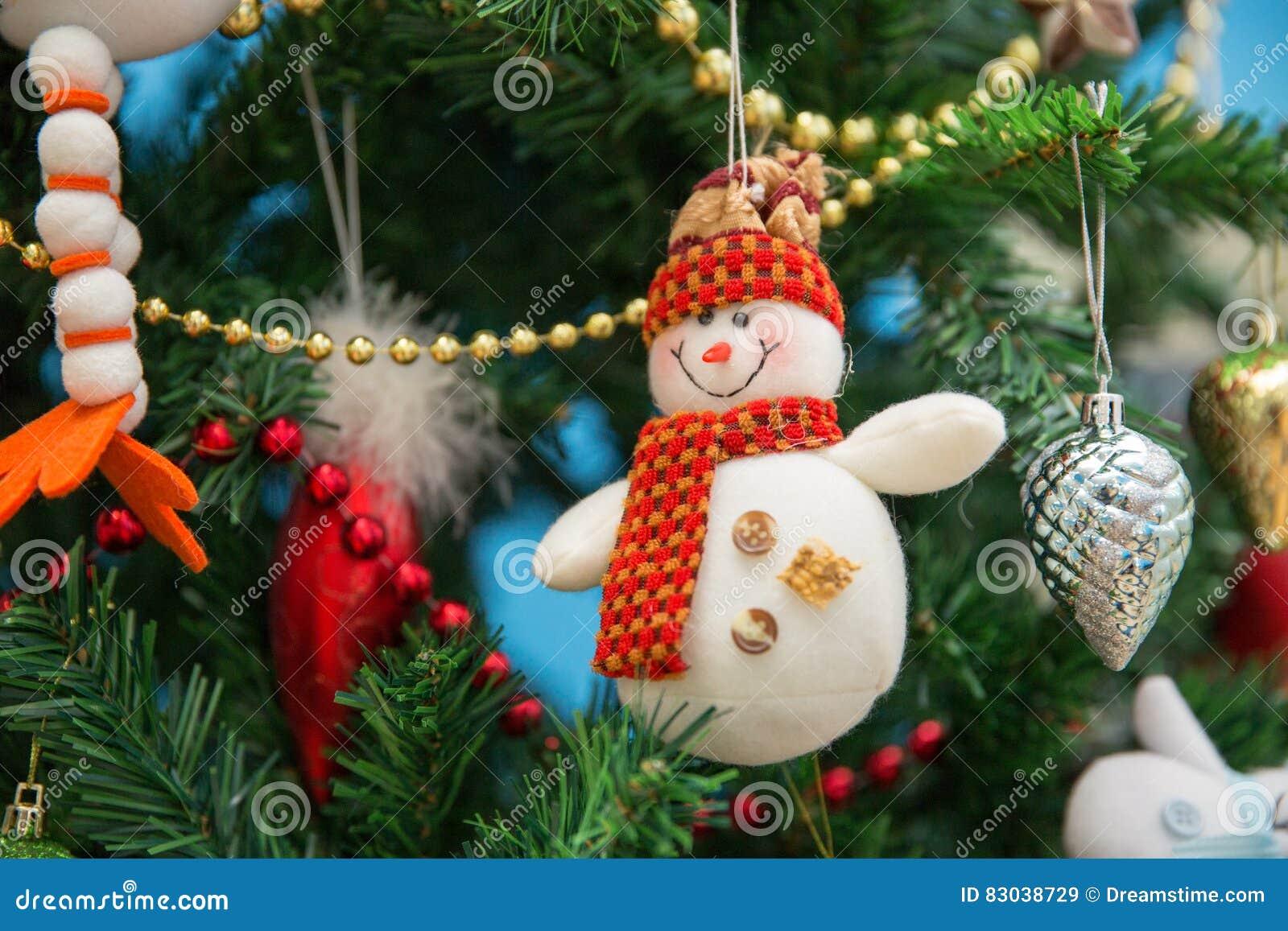 Sneeuwman op een feestelijke Kerstboom