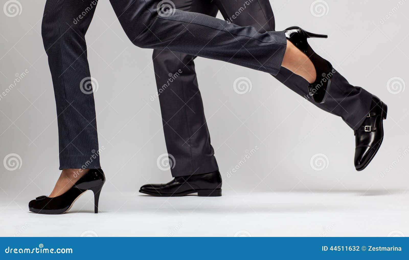 Snelle zaken: het mannelijke en vrouwelijke benen lopen