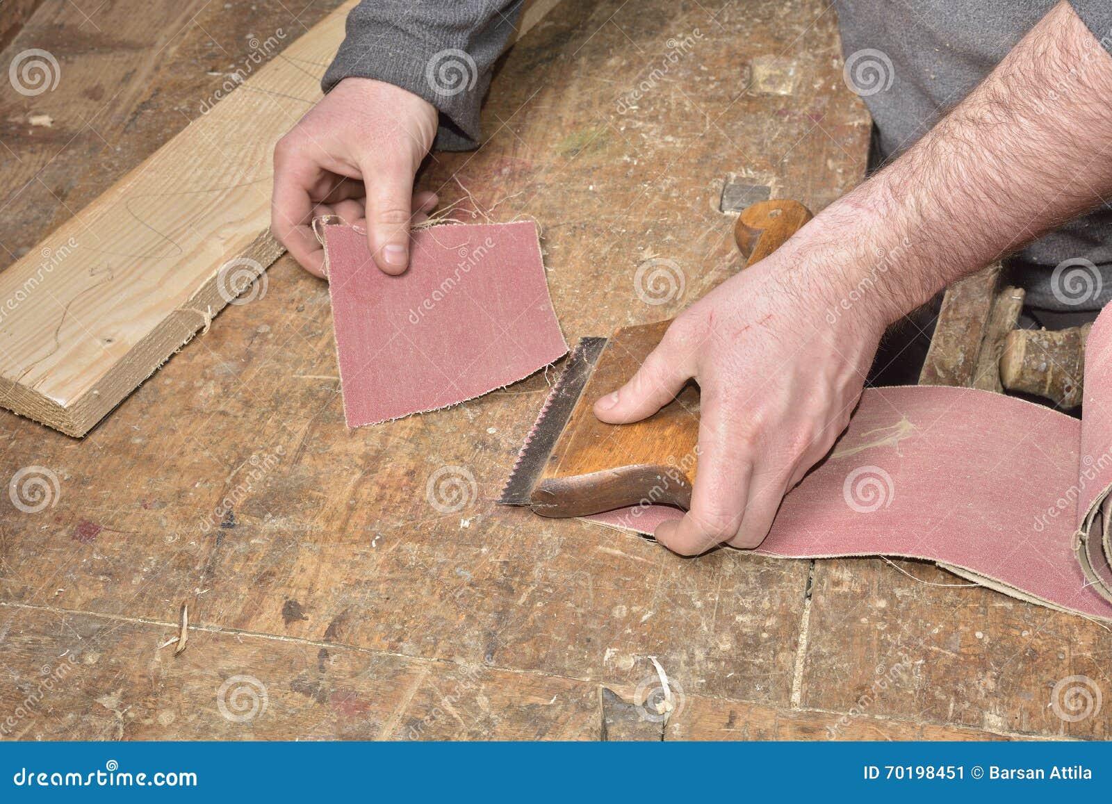 Snickare som arbetar med nivån på trä