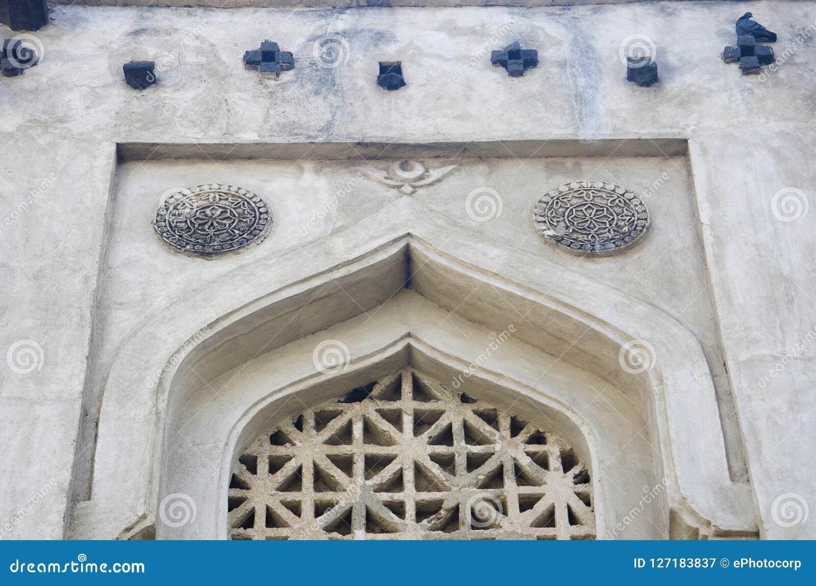 Snidit fönster av gravvalvet av Mujahid Shah, skaftGumbaz komplex, Gulbarga, Karnataka
