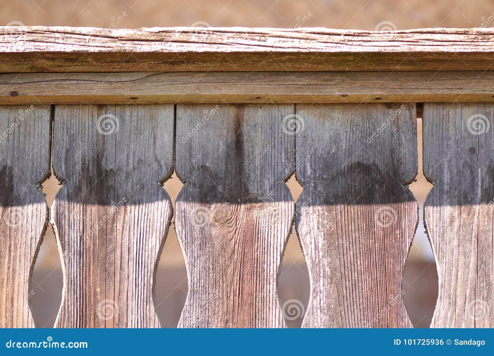 Snidit motiv på gammalt trä