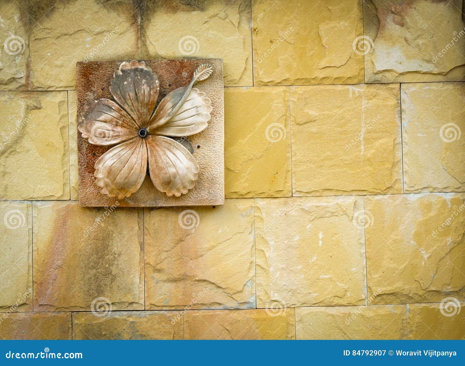 Snijd kleibloem op muur