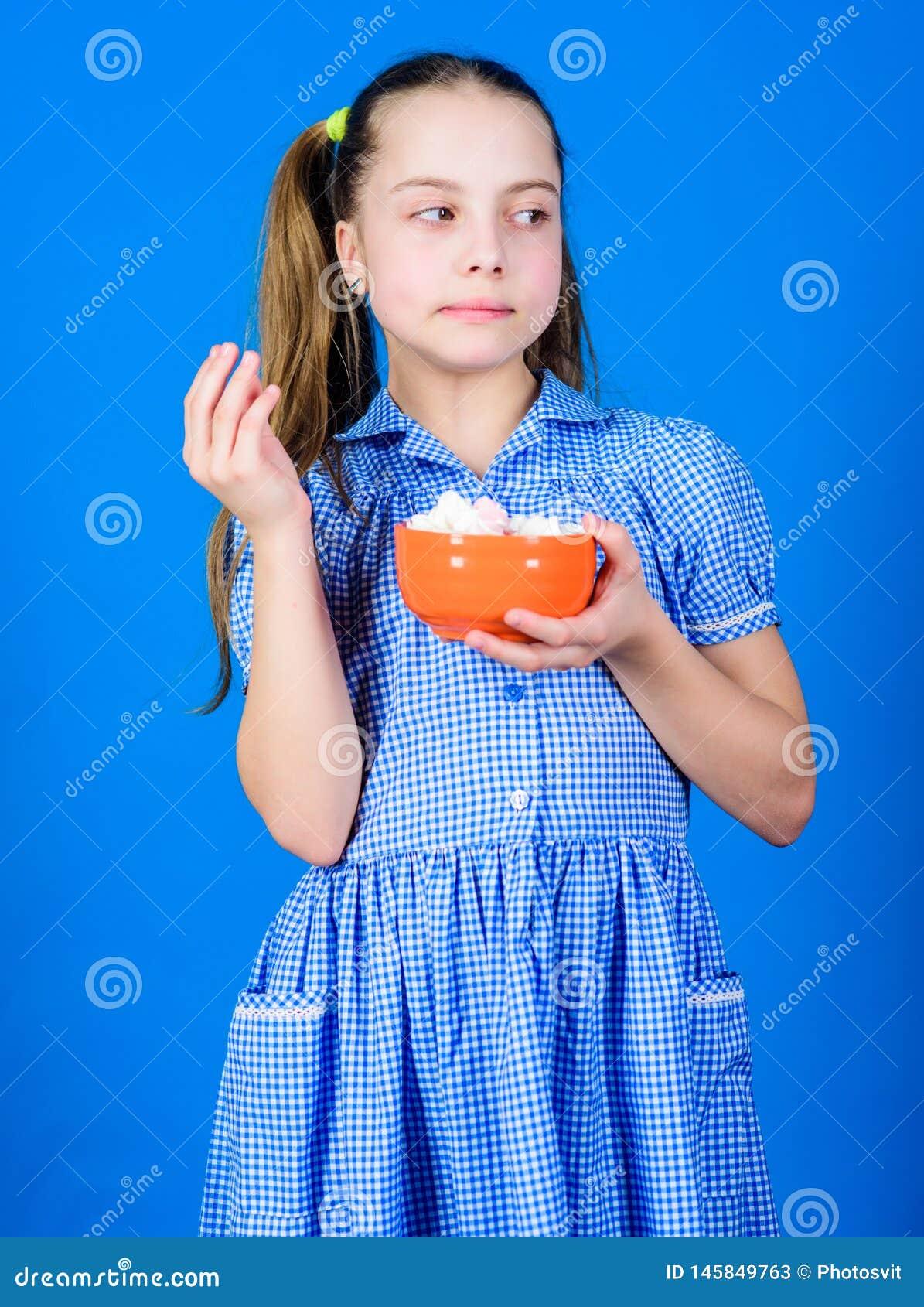 Snoepjes de enige ware liefde Zoet tandconcept Calorie en dieet Van de de kledingsgreep van het meisjes kalme gezicht blauwe de k