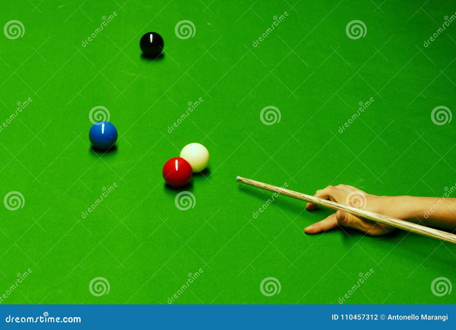 Snookertabell och bollar med att slå för spelare