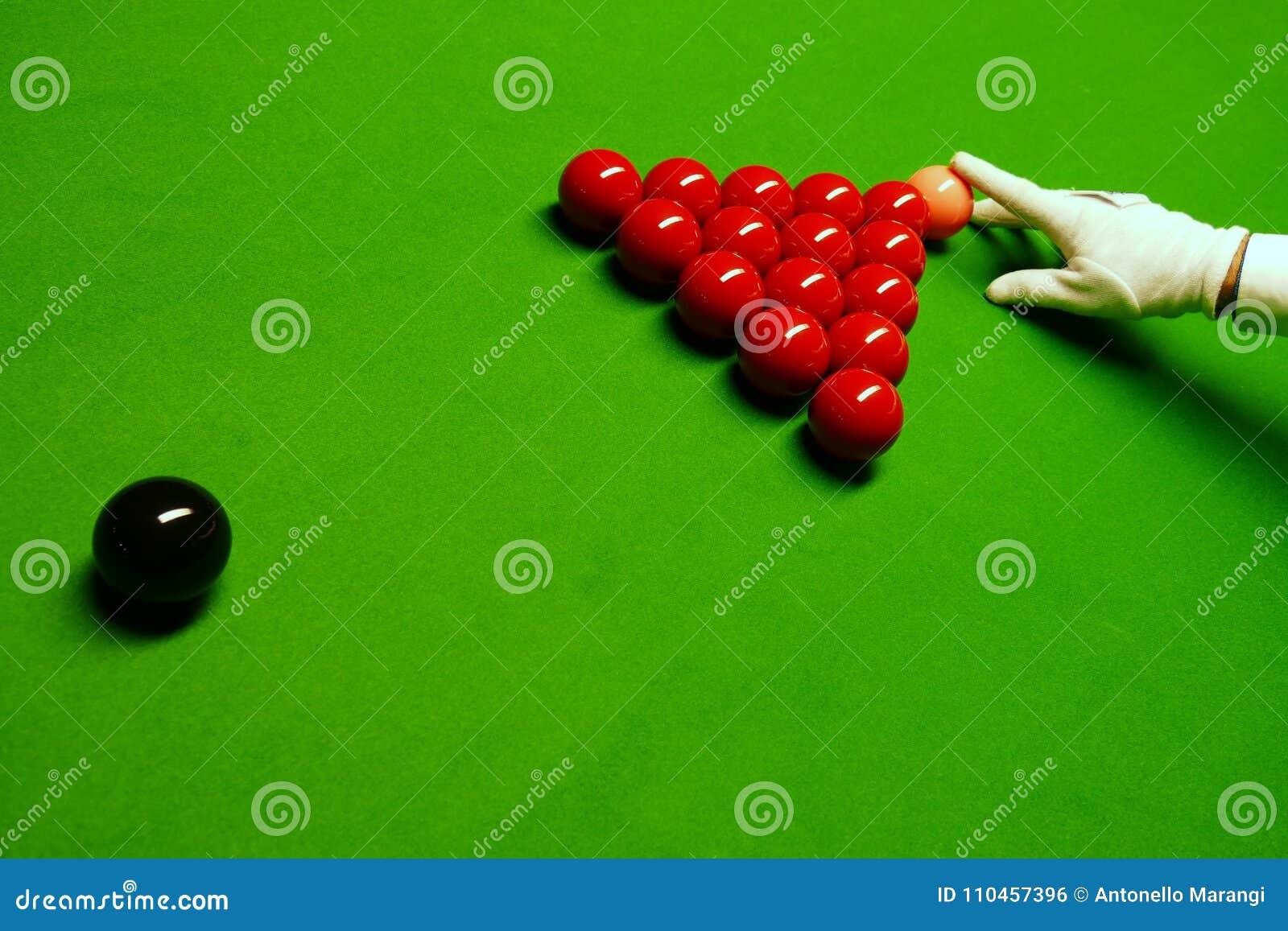 Snookertabell och bollar med domaren som ordnar bollarna