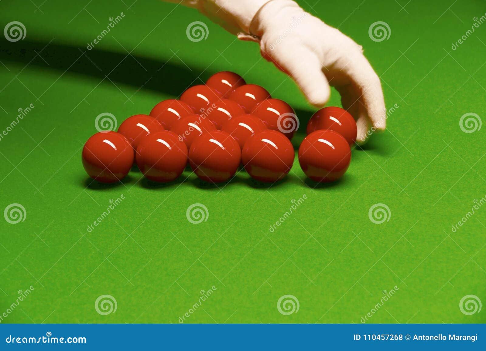Snookertabell och bolldomare som ordnar bollar