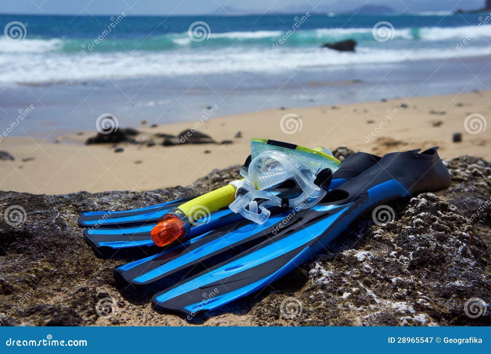 Snorkeling, Pływający, Nurkowy wyposażenie na rockowej plaży.