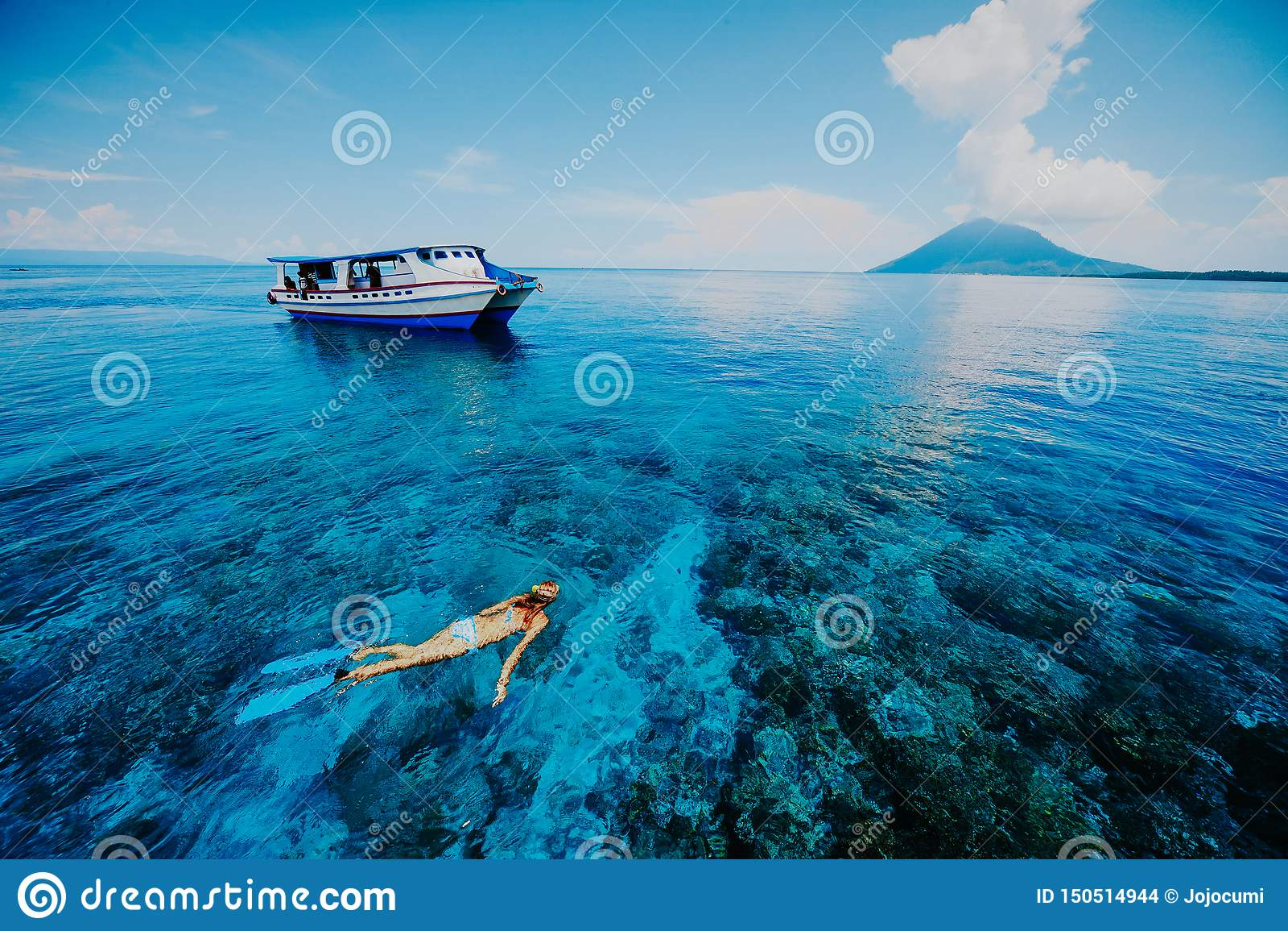 Snorkeling w Błękitnym morzu blisko Krakatau góry