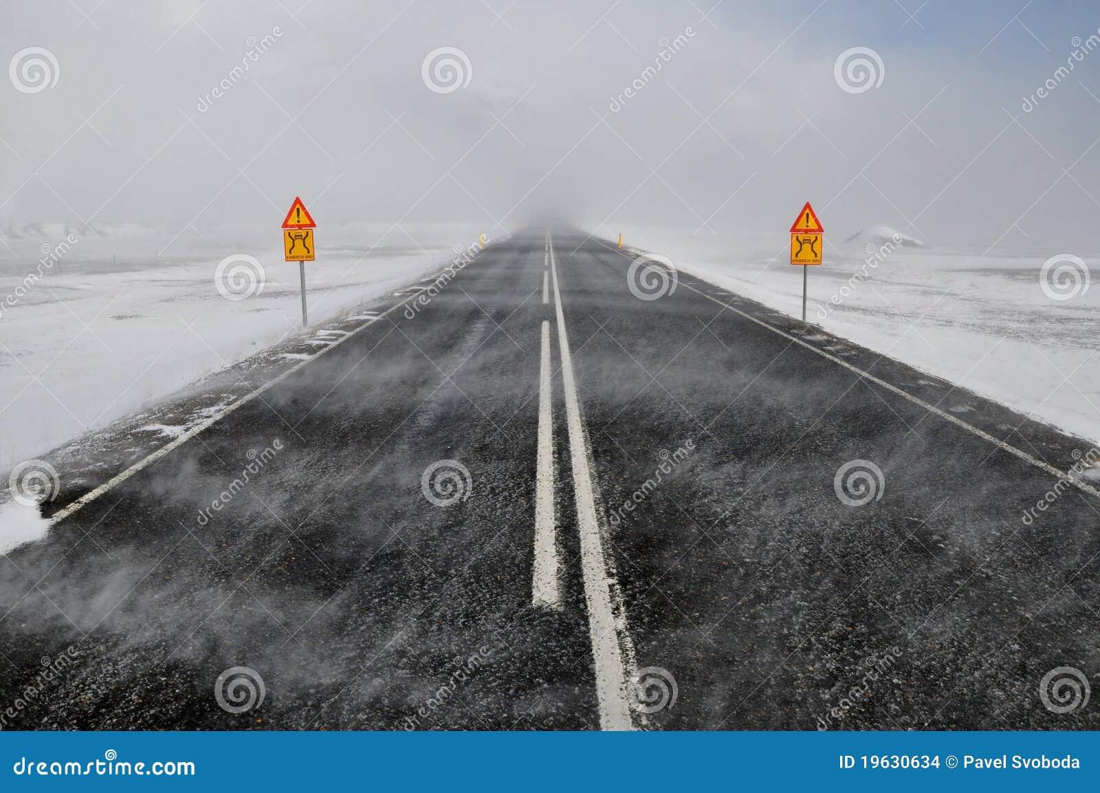 Snow för häftig snöstormiceland väg