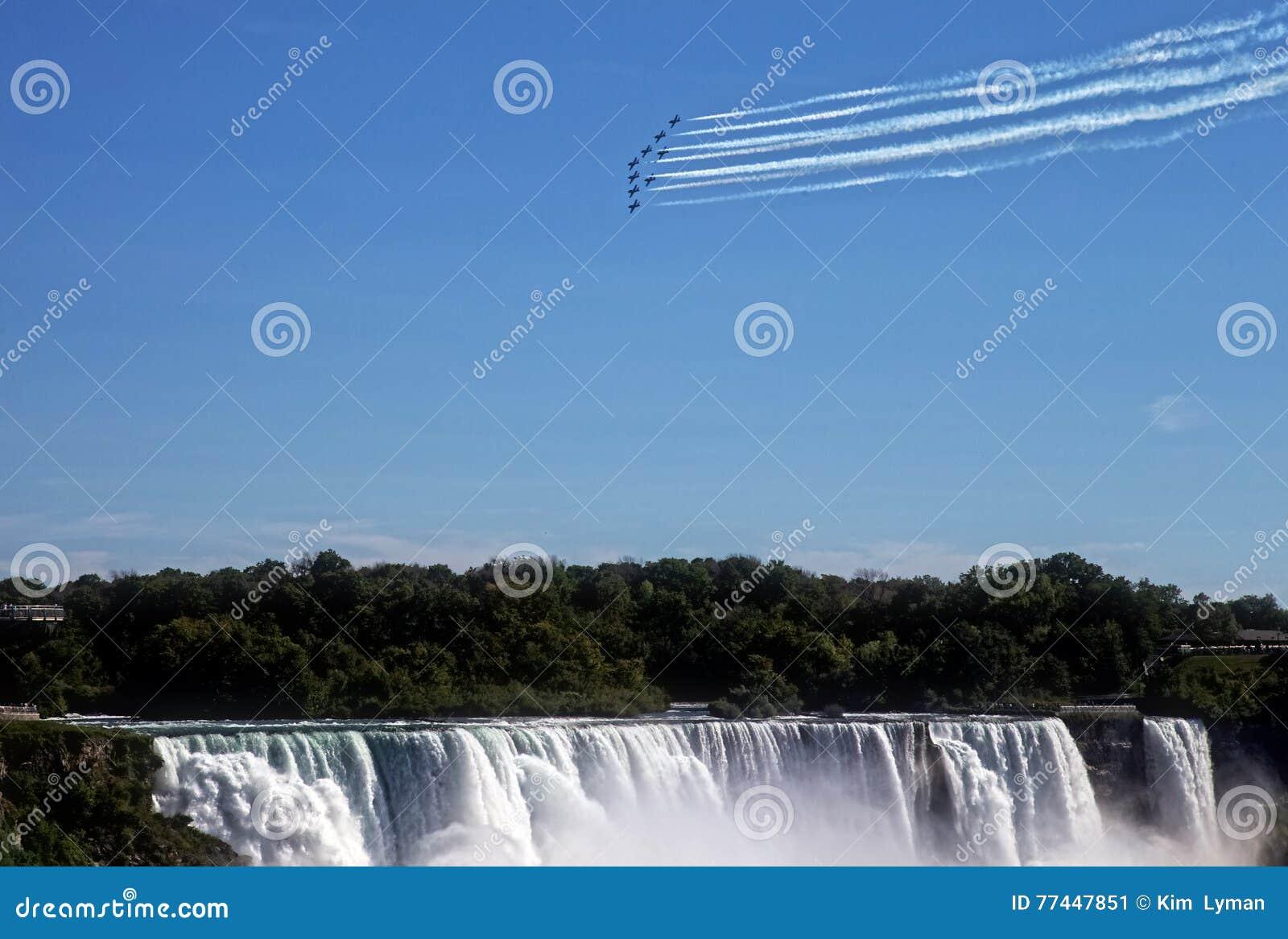 Snowbirds sobre Niagara Falls