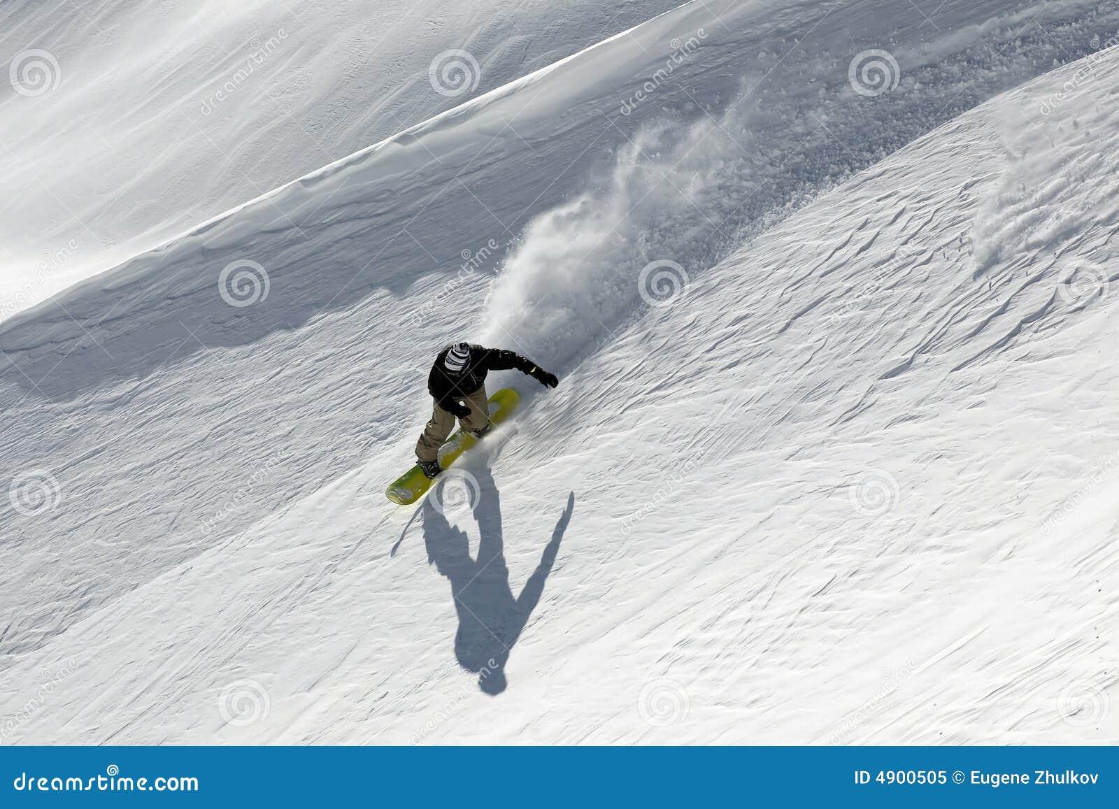 Snowboard freeride in den hohen Bergen