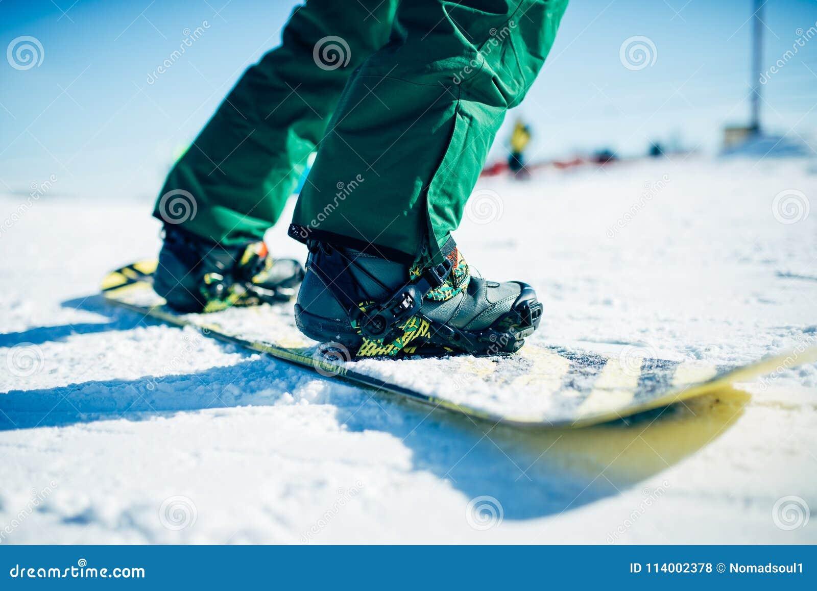 Snowboarder που οδηγά έναν λόφο χιονιού, ακραίος αθλητισμός